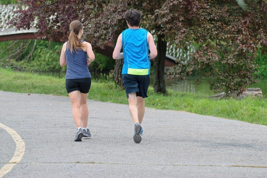 שני אנשים רצים