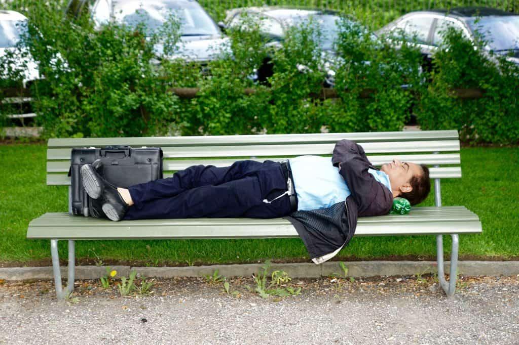 גבר יושן על ספסל