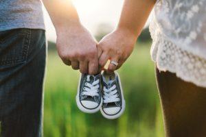 ידיים מחזיקות נעליים